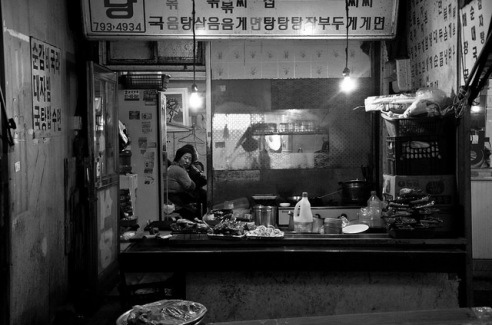 Seoul Night: The evening rush is over and the restaurant staff can relax. South Korea