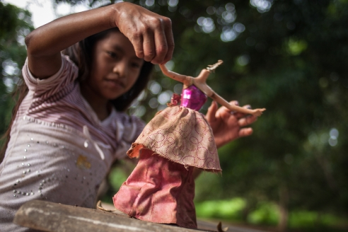 Rosaura (11) is dancing with a Barby doll with no head found in the rubbish dump.