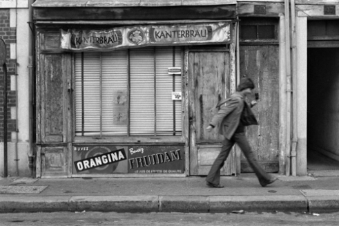 Man running in front of an old grocery. Rue Dauphine, Le Havre - France (1977)