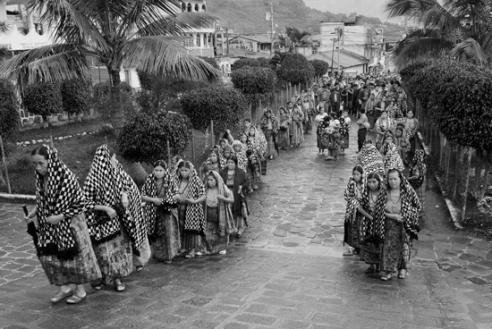 Procession of women on their way to church for the funeral of Antonio Chavajay Pop. San Pedro La Laguna, Guatemala