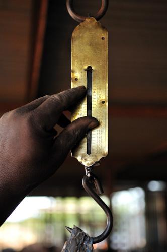 Depuis des années, des tonnes de sachets plastiques s'entassent aux quatres coins de la ville de Mopti, au Mali. Une solution pour mettre fin à un tel fléau a été trouvée. Le recyclage et la transformation de ces déchets en pavés urbains. La prolifération des sachets plastiques s'agrave; Mopti, pose un véritable problème de salubrité et d'assainissement. C'est dans ce contexte que le Trust Aga Khan pour la culture (AKTC) c'est inspiré d'une expérience qui a fait école au Niger et a collaboré avec l'ONG RESEDA afin de former des apprentis artisans à la technique de transformation des déchets plastiques en pavés urbains. © Nicolas Réméné / 2011