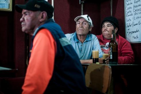 Un grupo de adultos observa un partido de fútbol en una cantina de Valparaíso. Watching soccer Valparaiso, Chile