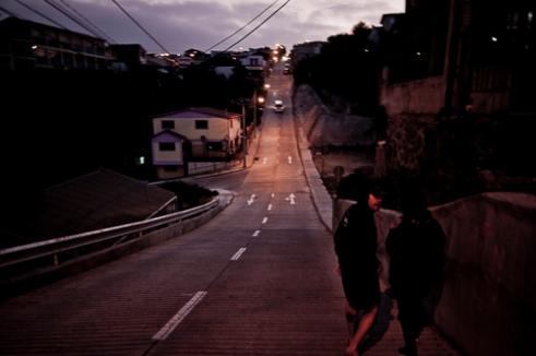 Jóvenes caminan por las empinadas calles de Playa Ancha. Valparaíso. Playa Ancha, Valparaíso, Chile.