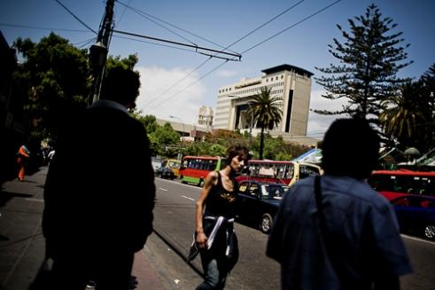 Una mujer camina por Av. Pedro Montt, a metros del Congreso de Chile. Valparaíso. Av. Pedro Montt, Valparaiso, Chile
