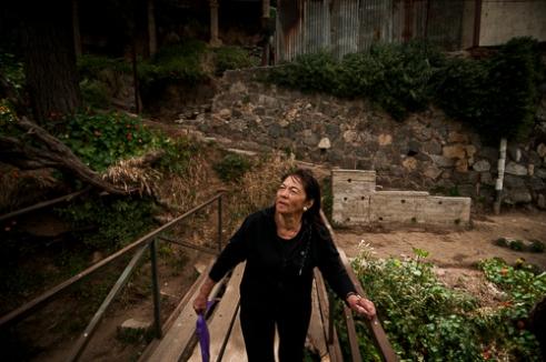 La señora Cristina va camino a su casa en el Cerro El Litre, Valparaíso. Mrs. Cristina walking to her house in Cerro El Litre, Valparaiso, Chile