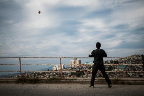 Un joven eleva volantín. Cerro El Litre, Valparaíso.Youngster flying a kite. Cerro El Litre, Valparaíso, Chile