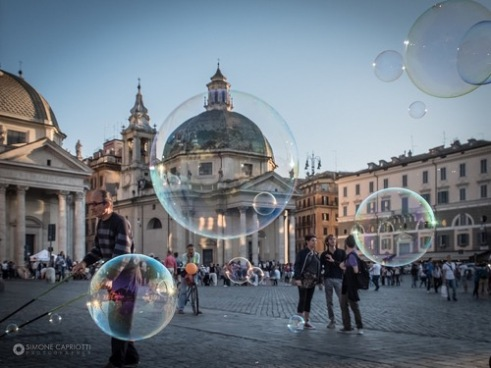 Artist of the bubbles, the Piazza del Popolo in Rome