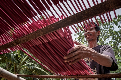 The Production Incense Prayer Sticks Heading Lunar New Year 2567 DEMAK, INDONESIA – A worker is laying the prayer sticks to dry under the sun. The stick must dry between 4 to 6 hours before it can be sent to the market. With the Chinese Lunar New Year 2567 falling on February 8, 2016, the production of handmade prayer sticks at the central home industry in Waru Village located near Central Java, Indonesia, has surged fourfold.