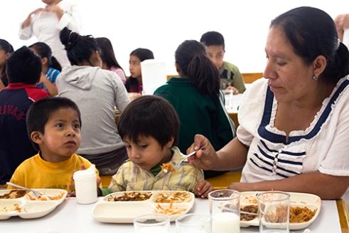 Juanjo, Felipe y Marta having their meal