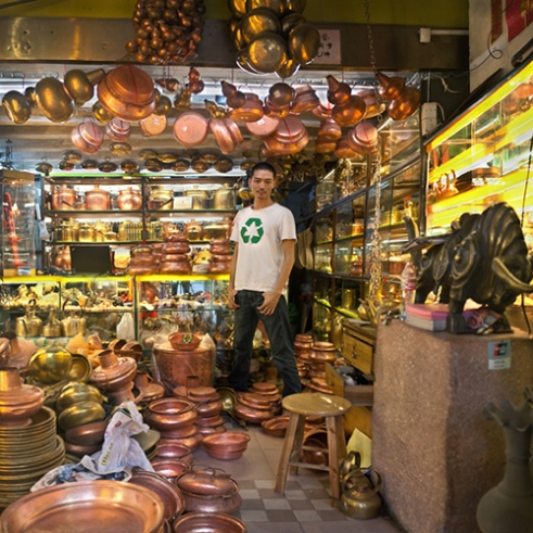 Yingmin Su, he inherited his father's copper products shop. He did not know how to make copper products, but was good at marketing. His shop was running well.