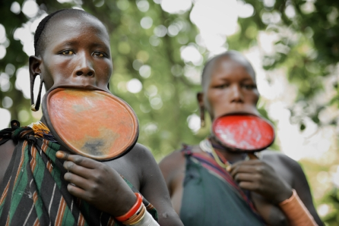 Lip Plates The women of the Mursi and Suri have very distinctive lip plates and several tribes use butter and ochre on their hair as a form of adornment.