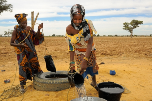 Fulani women gathering water for the daily meals. Road to Djenne