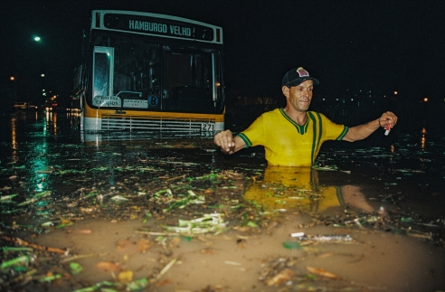 Passenger of a bus leaving during a flood. Novo Hamburgo, Rio Grande do Sul, Brazil