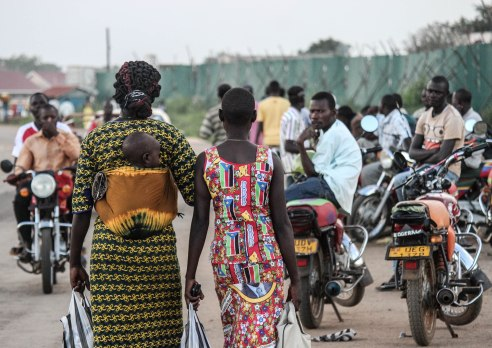 Women cross into Uganda.