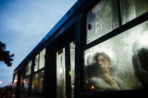 senhora-no-bus-chuva-02-ebc-08-03-2016_1000